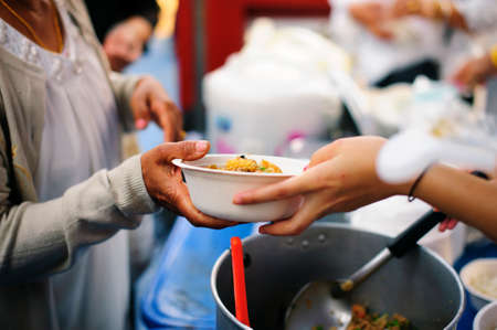 The hunger problem of the poor : homeless people receive food and charity. Banque d'images - 119876426