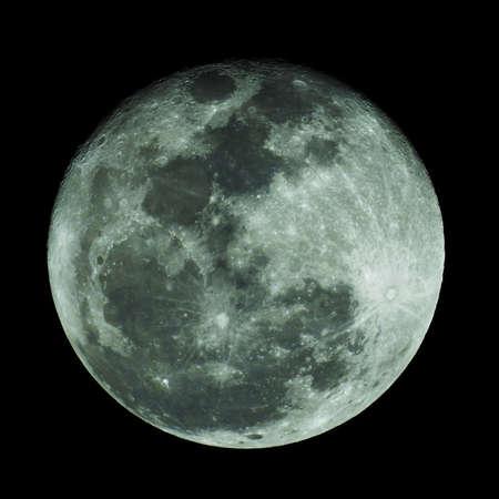 Księżyc świeci na czarnym tle.