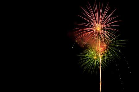 Beau feu d'artifice sur fond noir : célébration avec feu d'artifice Banque d'images