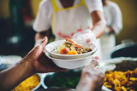 Pomaganie ludziom poprzez darowizny żywności, łagodzenie głodu i głodu: pojęcie ubóstwa