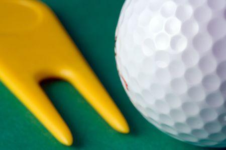 riparatore: Closeup di palla da golf e divot riparatore (shallow dof)  Archivio Fotografico