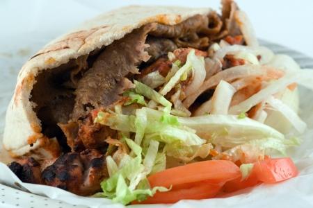 Greco-turco de alimentos adaptados a convertirse en una tradicional noche de alimentos en Inglaterra después de una salida nocturna