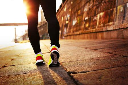 thin man: Hombre corriendo en el sol