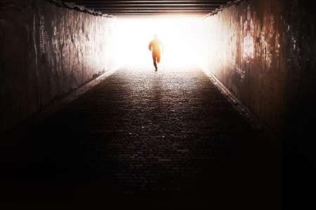 tunnel: Hombre que se ejecuta a trav�s del t�nel en el sol