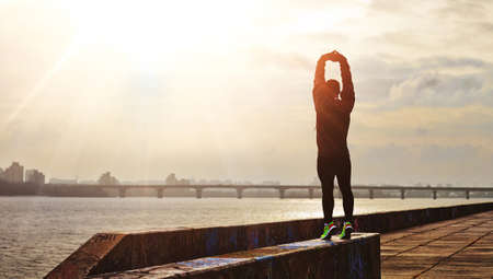 hombre deportista: Corredor que hace entrenamiento antes de la carrera