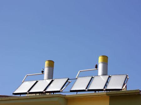 convection: Pannelli solari termici acqua sul tetto di una casa Archivio Fotografico