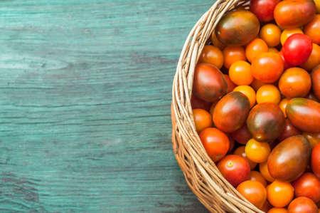 tomates: Les tomates dans le panier Banque d'images