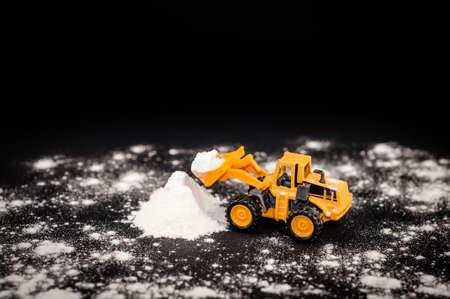 グッズ トラクターが雪の山をクリアします。