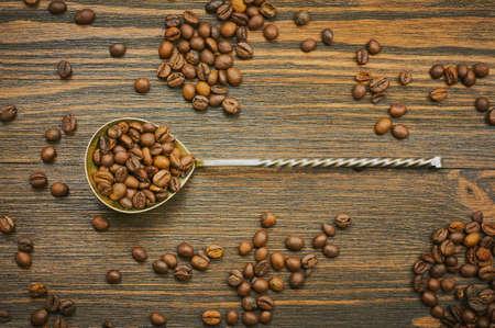 コーヒー豆スプーンで。スプーンでコーヒーを焙煎します。平面図です。選択と集中 写真素材