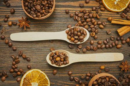スプーンでコーヒー豆の背景。スプーンでコーヒーを焙煎します。平面図です。選択と集中