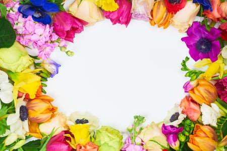 分離した白い背景の花フレーム。フレーム: 白い背景の上の異なる色とりどりの花。美しい春の背景本文の空き領域に 写真素材