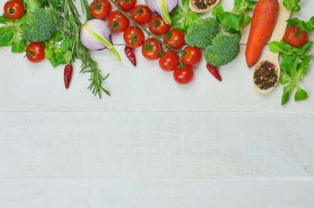 野菜のフレームです。クローズ アップ健康食品組成物の木製の背景に有機食べる。平面図です。選択と集中