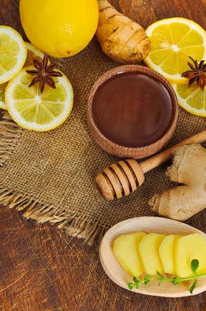 ジンジャー ティーの材料: 蜂蜜、レモン、生姜。荒布と木製の背景。クローズ アップ。平面図です。選択と集中 写真素材
