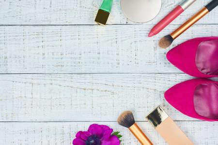 ファッション女性の静物。現代女性のアクセサリー。女性化粧品の背景。Essentials ファッション女性オブジェクトのオーバーヘッド。トップ ビュー