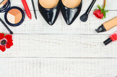 Todavía la vida de la mujer de moda. accesorios femeninos modernos. fondo cosmética femenina. Sobrecarga de las mujeres de moda esenciales objetos. Vista superior