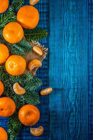 青い木製の背景にクリスマス組成物。トップ ビュー