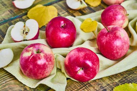 木製の背景にリンゴ。 写真素材