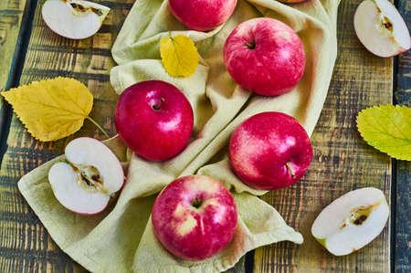 木製の背景にリンゴ。トップ ビュー