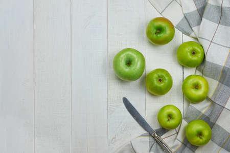 軽い木製の背景に熟した青リンゴ。自然の果物の概念。平面図です。クローズ アップ。選択と集中 写真素材
