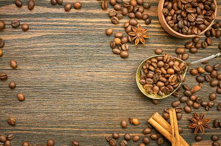 スプーンでコーヒー豆の背景。スプーンでコーヒーを焙煎します。平面図です。選択と集中。テキストのための場所