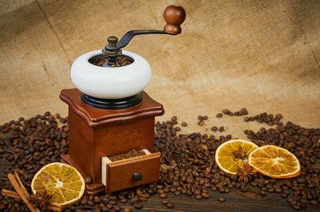 ビンテージ手動コーヒー グラインダー。テーブルの上のコーヒー豆の焙煎。選択と集中