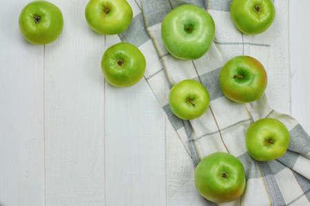 軽い木製の背景に熟した青リンゴ。自然の果物の概念。平面図です。クローズ アップ。選択と集中。 写真素材
