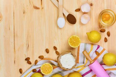 基本的なパンの材料やキッチン ツールをクローズ アップ。木製のテーブルの料理コンセプトの組成物。平面図です。選択と集中