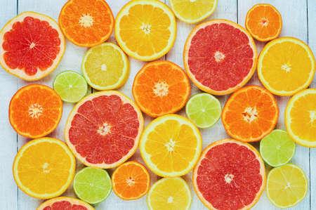柑橘系の果物。オレンジ、ライム、グレープ フルーツ、みかん、レモン。白い木製テーブル背景コピー スペースを持つ。トップ ビュー