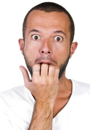 hombre asustado: El hombre conmocionado y asustado en un fondo blanco