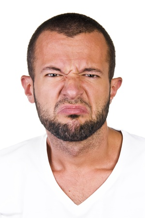 expresiones faciales: El hombre joven que expresa asco