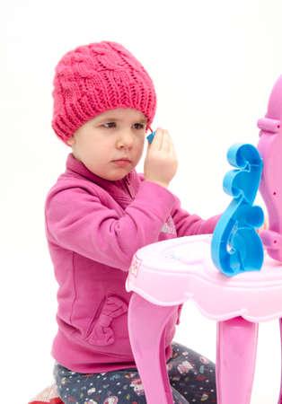 boas: Bambina che compongono si � isolata su sfondo bianco