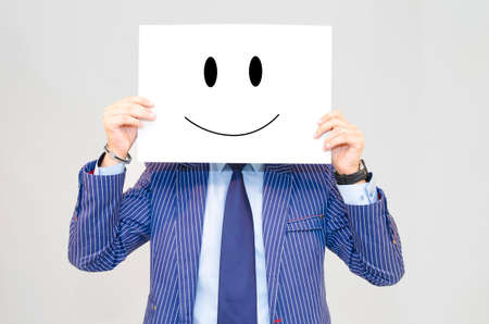 carita feliz: Hombre de negocios de tarjeta hoding con la cara feliz aislado sobre fondo gris