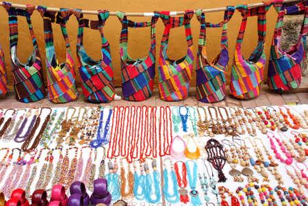 1fc39a6d29b2  20468392 - Mercadillo - Souvenirs - bolsas de colores y diferentes piezas  de joyería