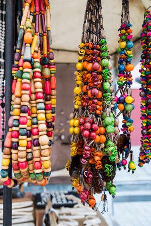 Souvenir typiquement cubain : bijoux en graines. Populaires dans les comptes cubains, les bijoux bio fabriqués à partir de graines des Caraïbes. Banque d'images