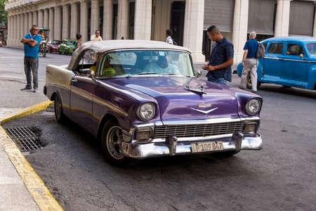 Fantazyjne stare samochody - zdjęcie redakcyjne - Hawana, Kuba. Kolorowe, klasyczne samochody z lat 50-tych. Zdjęcie zrobione w Hawanie na Kubie 30 października 2018
