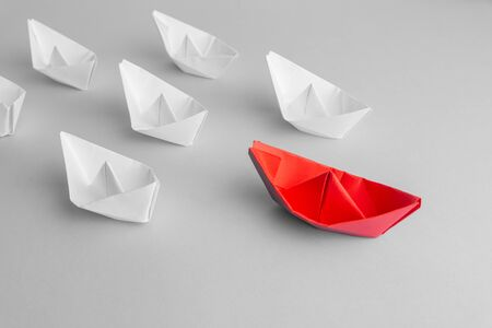 Leadership concept using red paper ship among white Banque d'images - 132812720