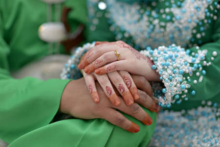 Bride hands couple with henna tattoo and ring Standard-Bild
