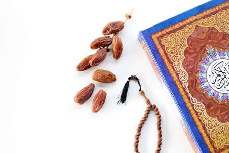 有圣洁古兰经,约会和念珠的Amadan核鸣隔绝在白色背景