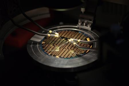 silicio: La perspectiva isométrica de un hermoso microchip bajo las puntas de prueba