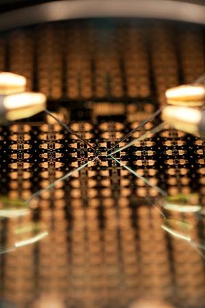 silicio: Microchip bajo microscopio con sondas de prueba