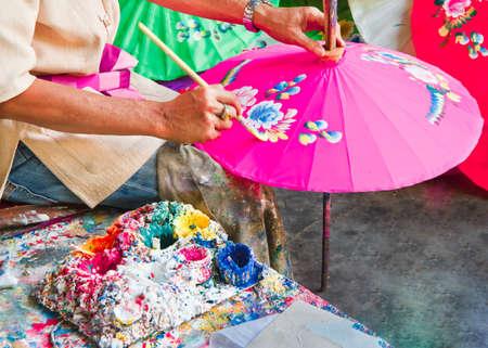 Pintura de paraguas, paraguas de tela hecha a mano en Chiang mai (bo -sang), Tailandia. Foto de archivo