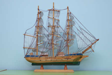 Sailing ship model in souvenir shop, closeup. Handmade sailboat miniature in gift market. Showcase with frigate figurine . Sailing ship of the VI century galleon, model of the ship. Standard-Bild