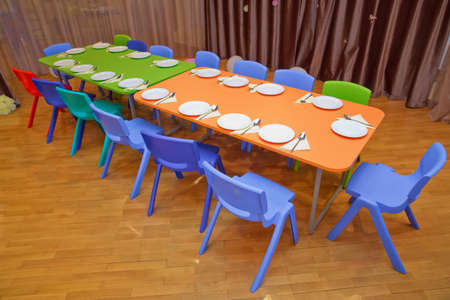 School kindergarden nursery dining room . children's furniture and toys in kindergarten . kindergarten class with the Green chairs and small tables Stockfoto
