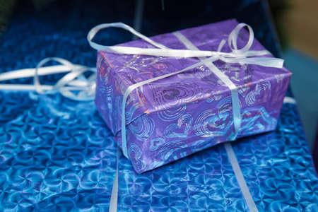 shiny classic blue gift box . blue square gift box with shiny satin bow on gray 스톡 콘텐츠 - 129928011