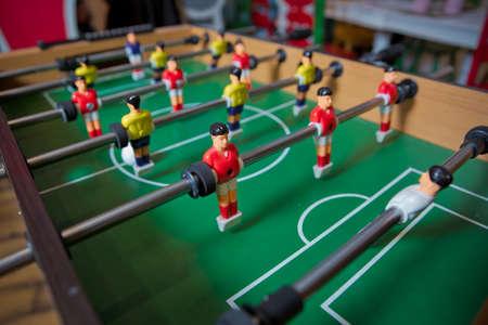 Fußballtisch Kinderspielzeug, Fußball Familienspieltisch Spielzeug Kinderbrett. Tischfußball. Tischfußball im Kinderspielzimmer. Nahaufnahme während des Spiels.