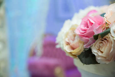 Beautiful pink and white flowers on table in wedding day . wedding table, wedding decorations . Large vase with beautiful roses stands on rich served dinner table .Wedding flower composition for guest Banque d'images