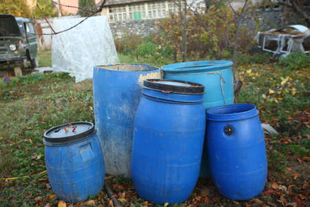 Chemical Plant, Plastic Storage Drums, Big Blue Barrels . The blue plastic barrels for storage of chemicals . Stockpile of used blue plastic drums for storing water and other liquids. Stockfoto