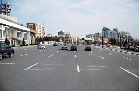 Baku, Azerbaijan 27.07. 2019 - Baku city . Sunny car road. Old Baku .View of Baku from the road near the bouleward on the Caspian Sea in Azerbaijan traffic the streets . 新聞圖片