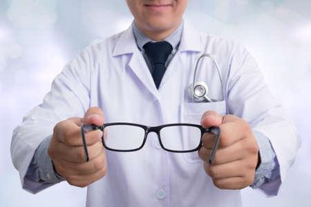 oculista: Oculista dar un par de gafas durante una visita. Foto de archivo