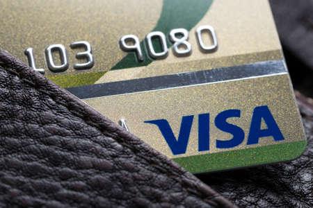 tarjeta visa: Bangkok, Tailandia - 24 Feb 2016: Cierre de tarjetas de crédito, tarjeta Visa, en la carpeta de cuero, tiro producto